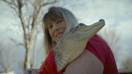 纪录片:女子养鳄鱼当女儿,请了个私人保姆,给鳄鱼做美甲和刷牙