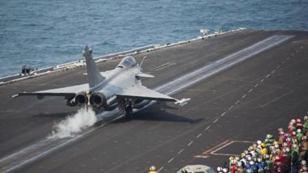 实拍航母蒸汽弹射全程,只听嗖的一声,战机被弹射而出