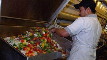 实拍真实的航母生活,厨师每天能忙疯,准备的食物数量相当庞大