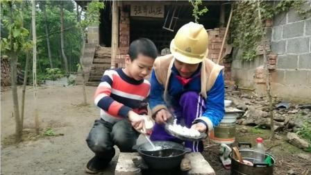 光头强用鸳鸯锅一边煮饭,一边做家乡美食塌茄子,超级美味