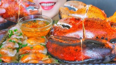 硕大的龙虾钳,肉质洁白细嫩有嚼劲,透明的虾饺诱人十足