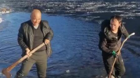 这是高手 砍冰边抓大鱼