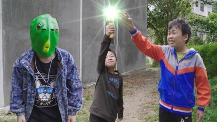 小伙看到自己的同学变成了怪兽,奥利给奥特曼闪亮出场消灭怪兽。