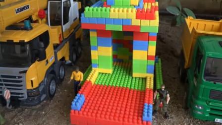 工程车运来彩色积木修建小房子,趣味益智玩具。
