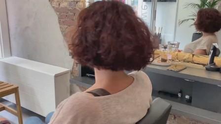 中年大姐,长发剪成波波头,全头卷就是美