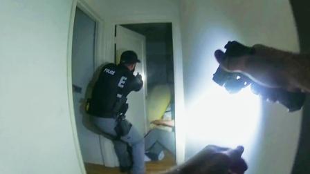 美国警察毫无防备中招,警匪激烈枪战!