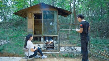 小姐姐卖力搬砖,改造升级野外木屋小营地