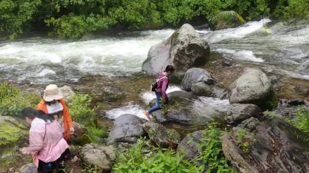 漫步望天鹅山水间 欣赏怪石瀑布
