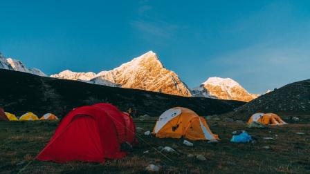 在群山环绕中醒来,希夏邦马欣德营地