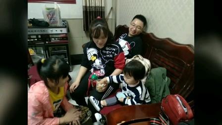 九十岁的母亲与子孙们欢度中秋节