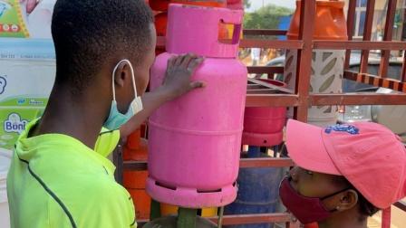 非洲卢旺达,升级厨房装备,用上液化气