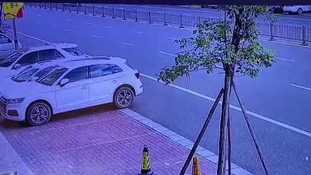 男子骑摩托车机动车道上行驶 被小车撞击顶上护栏