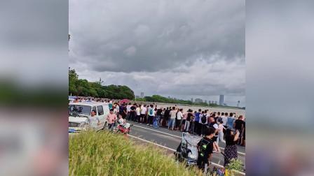 男子钱塘江观潮成最幸运观众 被数米高浪潮拍倒