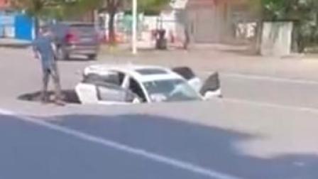 汽车被卡!江苏南通一路面突发塌陷,车辆半陷入,无人员伤亡