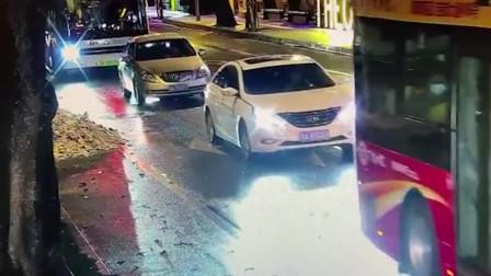 男子机动车道上骑行摔倒 后座女子直插公交车底