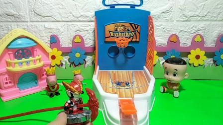 比比谁往篮球框里投的球多?谁能得到奥特曼的陀螺玩具?