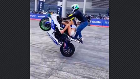 重庆摩托车博览会现场事故:骑手表演各种高难动作,因操作失误导致翻车,女演员被车砸到