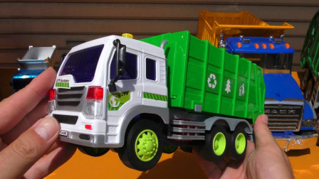 各式卡车玩具通过木板滑坡