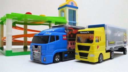 彩色汽车和小火车玩具从车库出发搭乘大卡车