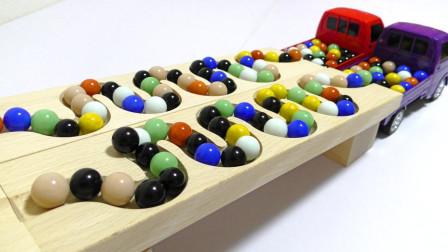 混合弹珠通过木轨乘坐大卡车