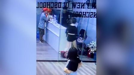 街舞小姐姐一头撞上玻璃 前台小哥的反应亮了