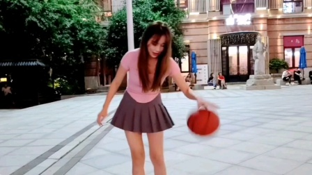 在街头打篮球的美女