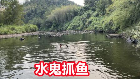 江西小伙在河里能徒手抓到鱼吗?能抓到美女答应介绍一个闺蜜