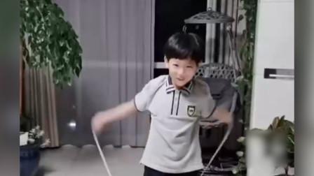 7岁独臂男孩努力学跳绳,手臂疼也不放弃,一句话让人泪目