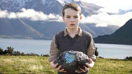 男孩发现一枚怪蛋!打开后竟出现蓝色的光辉