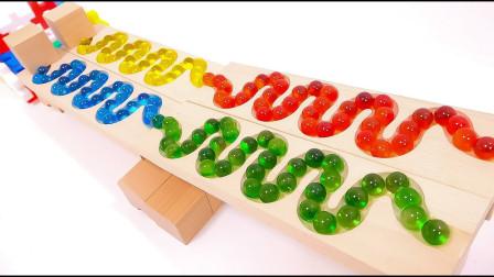 积木做的轨道上放满了彩色的弹珠,总共有200颗吗?益智玩具