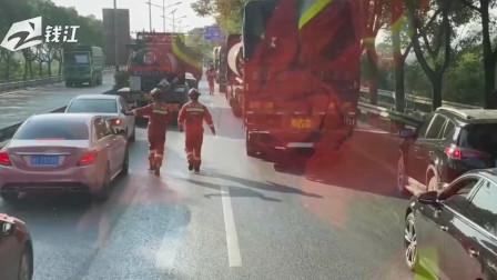 """正能量时刻:消防车出警遇拥堵,消防员狂奔3公里""""开路"""""""