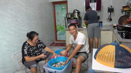 老板电话订购20多斤鱼干, 阿琪一家人一大早就忙着备货,真开心