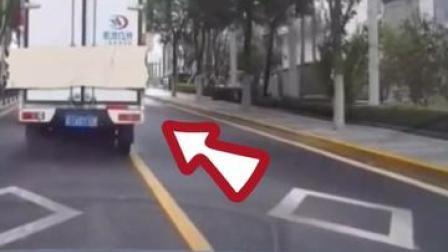 神反应!一滑车从货车后门溜出,小伙神速抓住!#交通安全