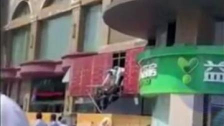 泰州市区一门店广告牌内发现女尸, 警方初步排除他杀#惊魂一刻 #突发