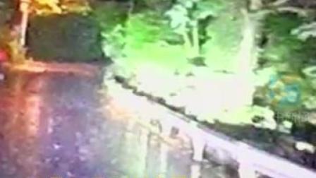 """9月26日,四川自贡。消防员暴雨天归队途中碰到未撑伞的少年和出门寻少年的外公,消防车秒变""""顺风车""""。"""