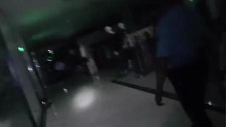下班了!男子上完厕所后发现自己被锁商场 民警逐层排查找人