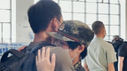 """情侣变""""战友"""" 高铁站这一幕让人感动"""