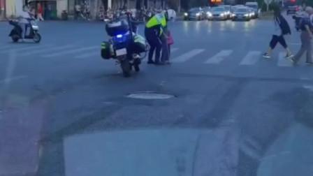 交警公主抱老人过马路!网友:太暖心了,好帅!