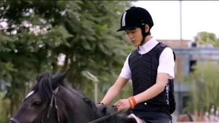 """念念青春:马术教练教丁真骑马,笑称""""世界奇观"""""""