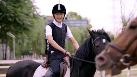"""念念青春:""""世界奇观""""之马术老师教丁真骑马"""