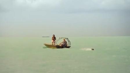 【夺命双头鲨】04:小伙丢下伙伴自己逃命,船上同伴惨被鲨鱼吞噬 夺命双头鲨 1
