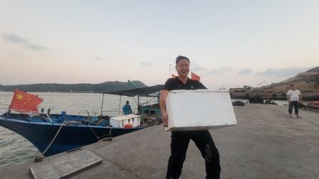 朋友把刚捕到满满一箱海鲜送小明,村花做一桌美食十几个人吃撑了