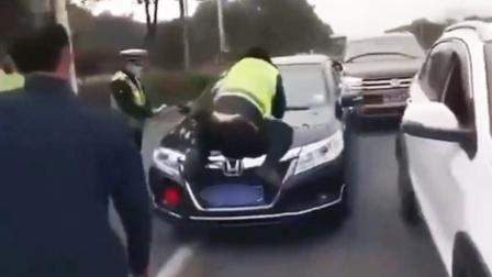 嚣张!交警拦车检查,司机拒不下车顶行交警逃离现场