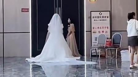 酒店宴会厅3位新娘等待入场,网友:这个假期随完了前半年的存款