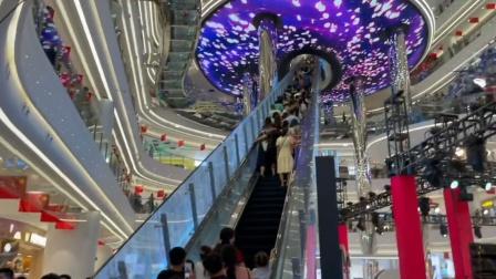 """广东一商场电梯成网红""""景点"""" 还要挤着排队分批上"""
