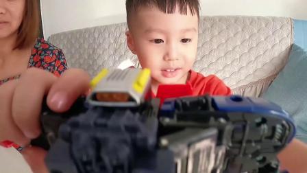 妈妈送孩子心仪已久的玩具,和孩子一起玩观察力游戏,他能做对吗