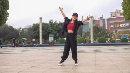 美女跳得真好看,请欣赏时尚广场舞《你在他乡还好吗》