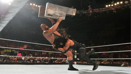 大秀哥想用铁台阶砸晕罗曼,却遭最强飞冲肩终结!