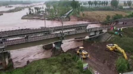 山西昌源河大桥桥台被冲垮 铁路双向中断