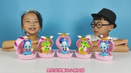 小泽和女同学开箱奇妙萌可镜盒玩具,打开之后找到很多可爱的娃娃